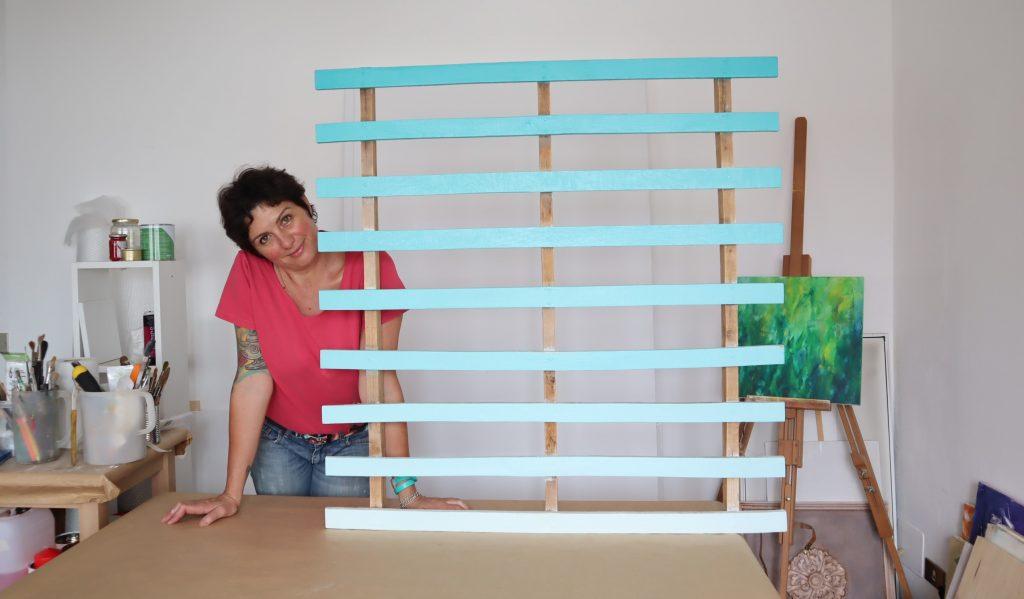 pallet realizzato con colori in gradazione come testata del letto fai da te