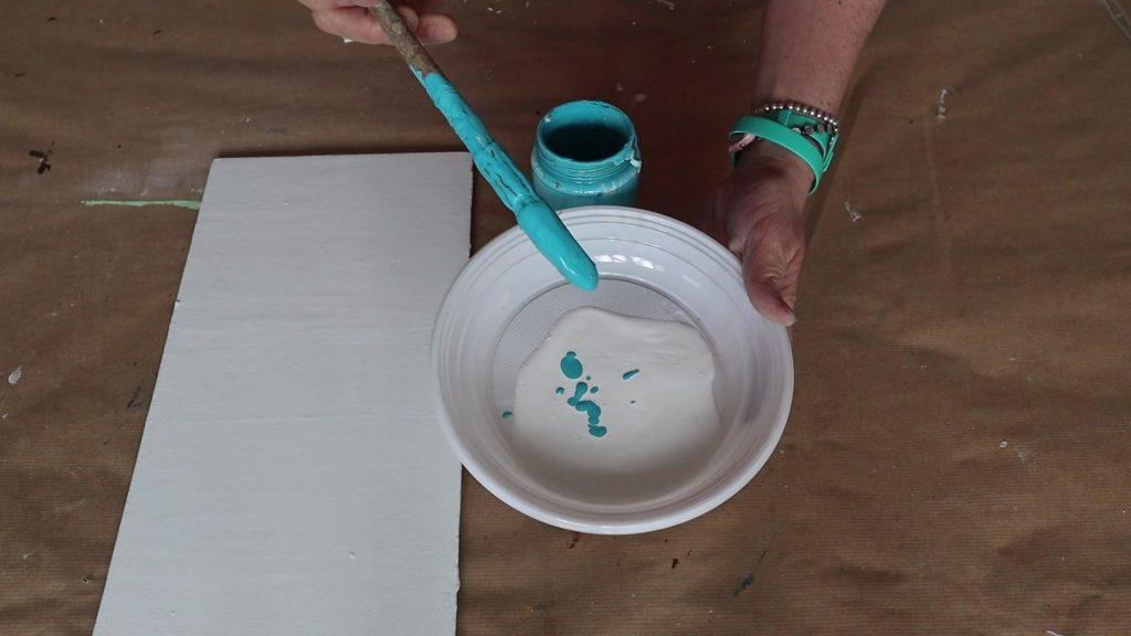 poche gocce di colore nel bianco per fare il primo colore in gradazione