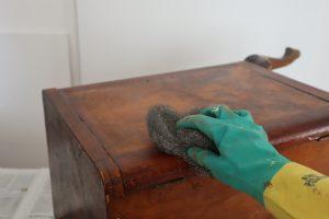 pulitura dei mobili a solvente con sverniciatore e paglietta