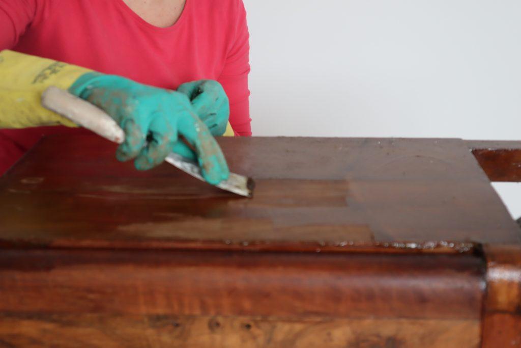 pulitura passaggio con spatola dopo lo sverniciatoree