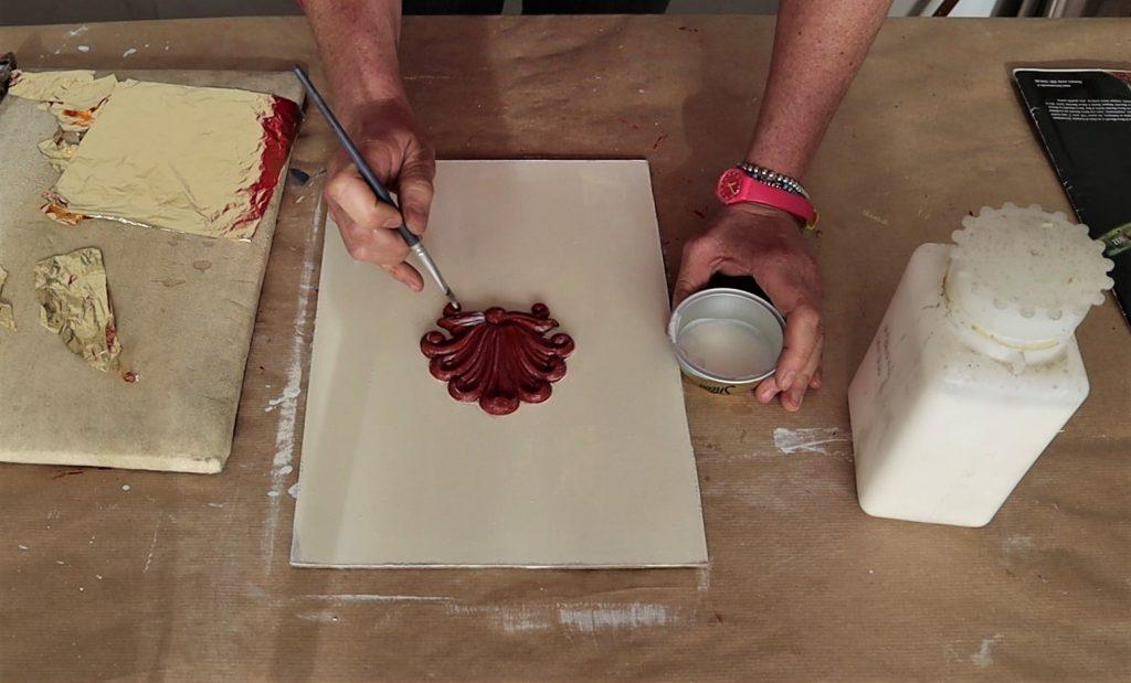 stesura missione su fregio dipinto con acrilico ocra rossa